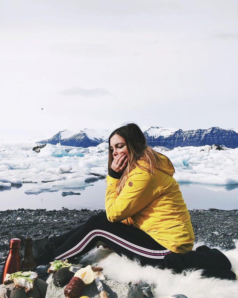 Piqueniquer dans un lagon de glaciers  wheniniceland takemeback thatlunchtho